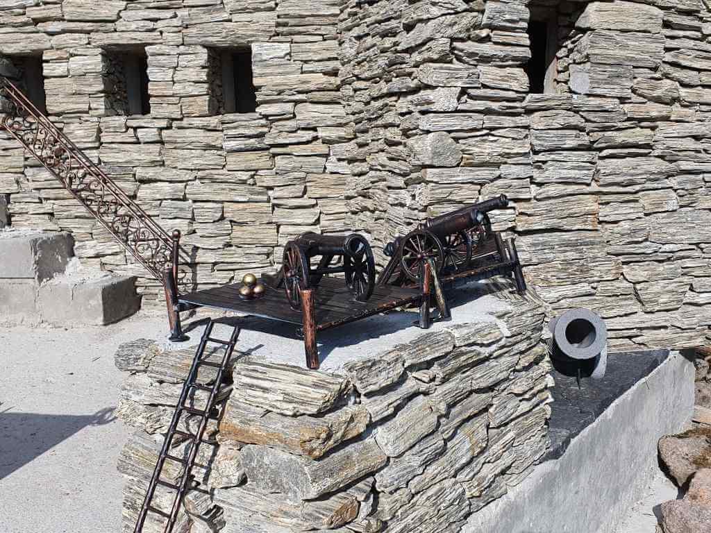 kowalstwo artystyczne-miniatury armat na kamiennym podeście z drabiną